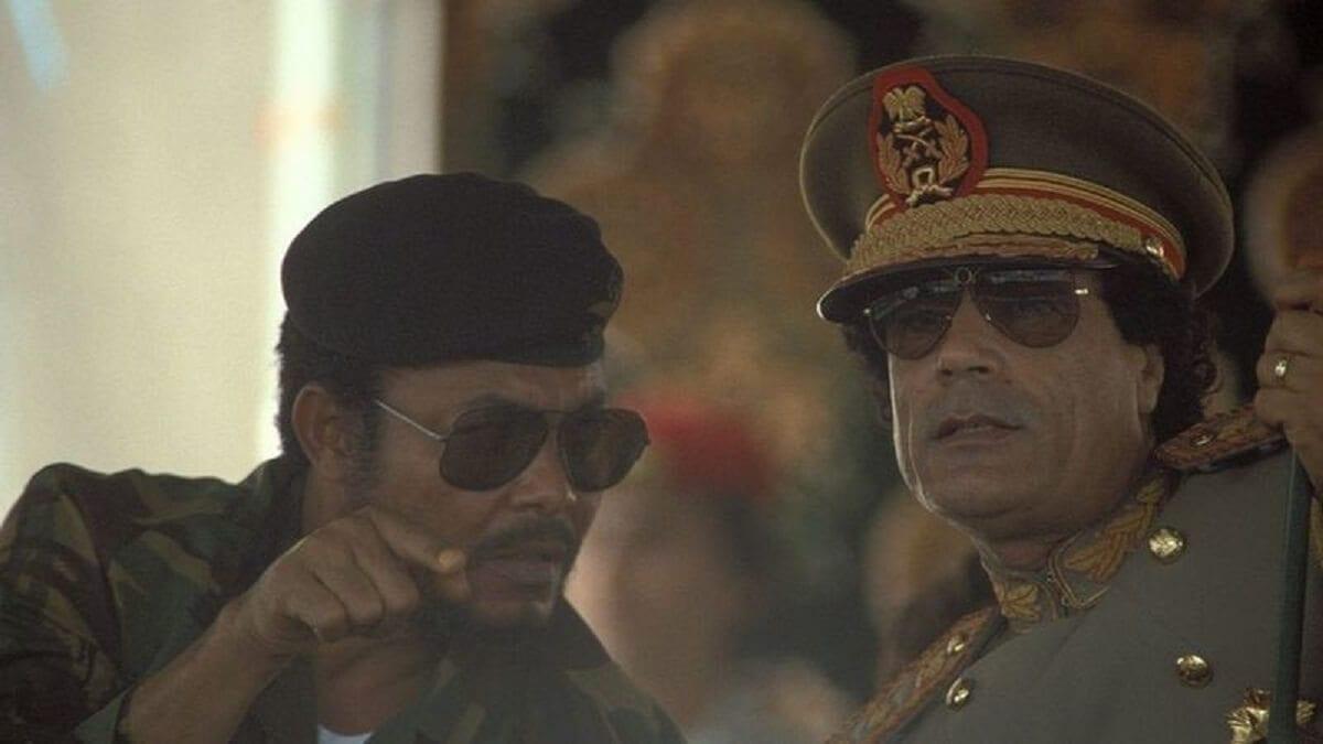 Jerry Rawlings avec l'ancien guide libyen Muammar Kadhafi in 1987