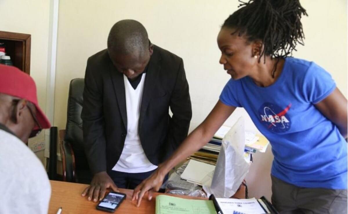Le Dr Nakalembe travaille avec les autorités locales pour aider à améliorer les politiques agricoles