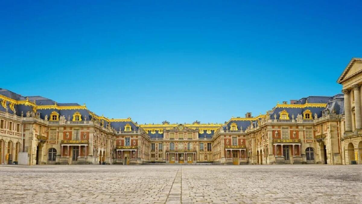 6- Le château de Versailles, France